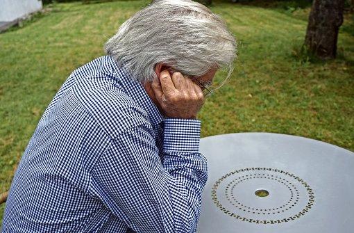 Ob im Freien oder in geschlossenen Räumen: ein tieffrequenter Brummton raubt manchen Menschen Schlaf und Nerven. Selbst das Zuhalten der Ohren schafft keine Abhilfe. Foto: Ursula Vollmer