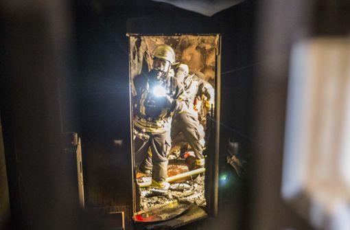 Das Feuer sei in der Nacht zum Mittwoch im Kellergeschoss des Gebäudes ausgebrochen und habe sich schnell ausgedehnt, teilte die Stuttgarter Feuerwehr mit. Foto: 7aktuell.de/Simon Adomat