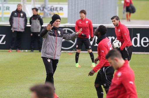 Immer mittendrin: VfB-Trainer Hannes Wolf beim Training an diesem Donnerstag. Foto: Pressefoto Baumann