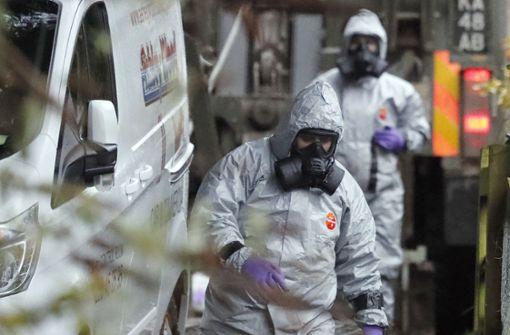 Militärische Einsatzkräfte untersuchen nach dem Giftanschlag in Salisbury einen Van. Foto: AP