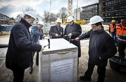 Uni-Rektor Wolfram Ressel (links) und Unterstützer bei der Grundsteinlegung des neuen Gebäudes Foto: Lichtgut/Achim Zweygarth