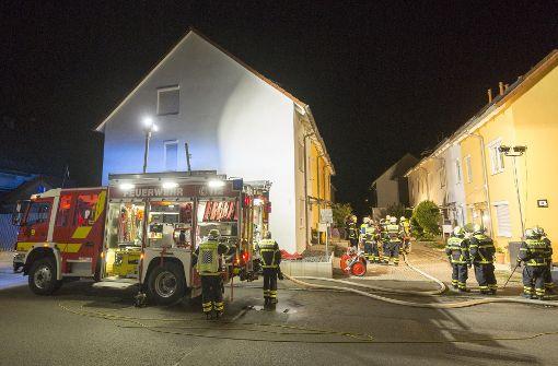 Zwei Personen bei Brand in Wohnhaus verletzt