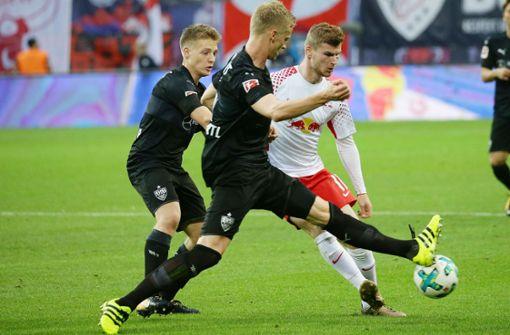 Im Hinspiel erzielte Timo Werner (re.) zwar kein Tor, gewann mit RB Leipzig aber gegen den VfB. Im Rückspiel will Timo Baumgartl (Mi.) den Spieß umdrehen. Foto: Baumann