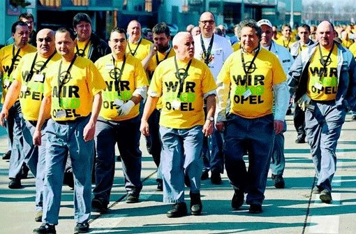 """""""Opelaner"""" im Jahr 2009 auf dem Weg zu einer Kund- gebung: im Fall des Autobau- ers drücken die Mitarbeiter wohl Identifikation mit dem Unternehmen und der Marke aus, sie kämpfen aber auch um den Arbeitsplatz. Durch drohende Werkschließungen leidet das Image des Unternehmens. Foto: dpa"""