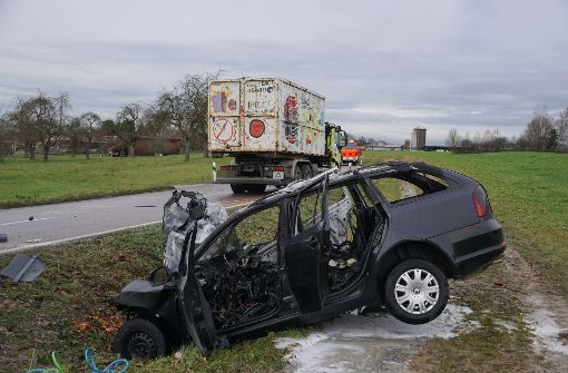 Auto rast frontal in Lastwagen – Fahrerin tot