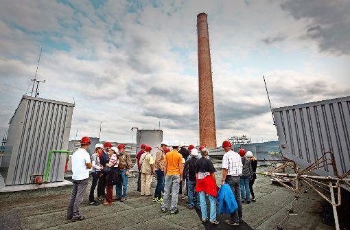 Just als eine Besuchergruppe das Göppinger   Müllheizkraftwerk inspiziert, verkündet der Landrat Edgar Wolff, dass dort vorerst nicht noch     mehr Abfälle  verbrannt werden. Foto: Ines Rudel