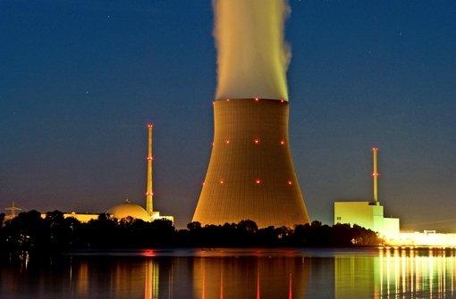 Eon-Kernkraftwerke Isar 1 und 2 im Abendhimmel Foto: dpa