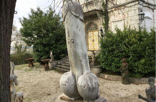 Riesen-Penis in Österreich vor Kirche aufgestellt
