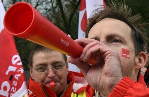 Mit Trillerpfeifen und Tröten demonstrieren Gewerkschafter in Potsdam (Brandenburg) für ihre Forderungen in der Tarifrunde 2016. Foto: dpa