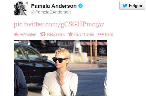 Pamela Anderson mit raspelkurzen Haaren