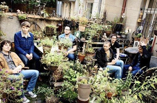 Haben in Stuttgart ihre musikalische Nische gefunden: Dominik Gerwald (Dritter von links) und seine Band Yasmine Tourist. Foto: Delia Baum