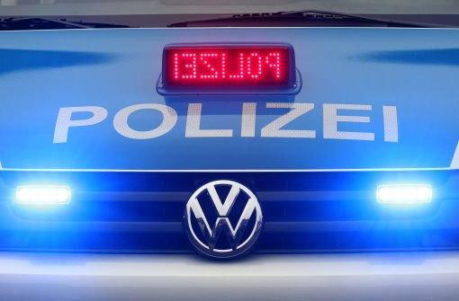 21-Jähriger kracht mit seinem Auto gegen eine Hauswand und geht danach erstmal zu einer Party - weitere Meldungen der Polizei aus der Region. (Archivbild) Foto: dpa
