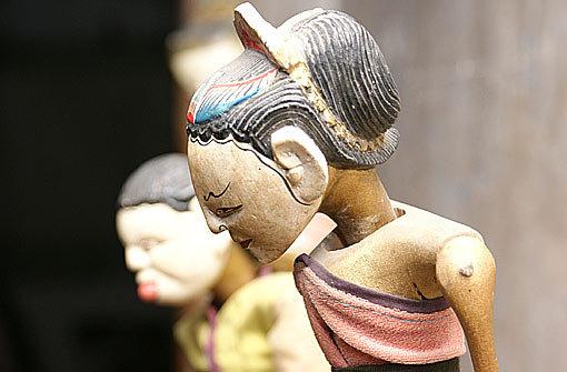Wie ist es eigentlich, in einem Marionettentheater zu leben? Helga Brehme ist die Frau, die die Puppen im Theater am Faden tanzen und uns einen Blick in ihre vier Wände in Heslach werfen lässt. Foto: dane