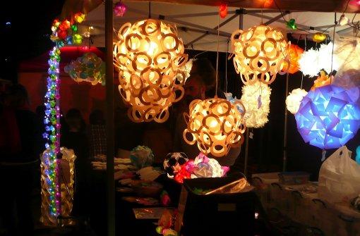 Lampen zum Zusammenpuzzeln – beim Feuerseefest in Stuttgart war auch am Abend Programm geboten. In unserer Bilderstrecke finden Sie außerdem viele Bilder vom Feuerseefest bei Tageslicht. Foto: Kutzer