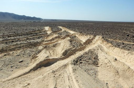 Der Mann war mit einem Lastwagen über die riesige Fläche in der peruanischen Wüste gefahren. Foto: AFP