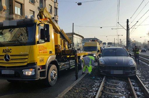 Ein Porsche Macan steht am Freitagmorgen nach einem Unfall auf den Schienen der Stadtbahn U13.  Foto: www.7aktuell.de | Frank Herlinger