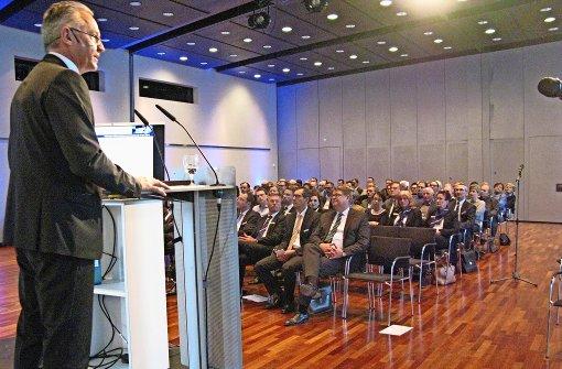 Vorstandssprecher Ingolf Epple wirbt vor den gewählten Vertretern um Zustimmung zum Fusionsvertrag. Foto: Hans-Dieter Wolz