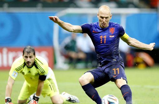 Der Anfang vom Ende der spanischen Titelträume. Mit 1:5 geht Spanien vor vier Jahren gegen die Niederlande unter. Foto: dpa