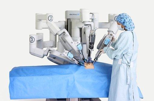 Operationsroboter, die von Chirurgen bedient werden, gibt es bereits an deutschen Kliniken. Das daVinci-Operationssystem wird zum Beispiel an einer Münchner Klinik zur Prostataentfernung eingesetzt und ermöglicht Operationen mit winzigen Schnitten. Foto: Mark Clifford/Intuitive Surgical