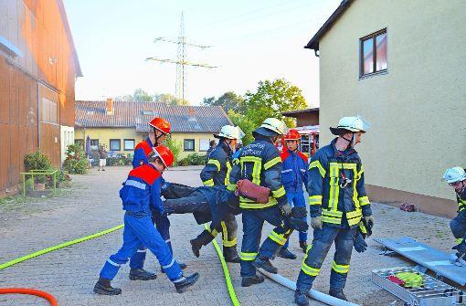 Gemeinsam wird ein Verletzter gerettet, auch wenn es sich hierbei nur um eine Puppe handelt. Foto: Petra Mostbacher-Dix