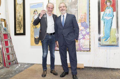 Der luxemburgische Künstler Roland Schauls (links) in seinem Atelier im Gerberviertel mit Südwestbank-Chef Wolfgang Kuhn, dem neuen Honorarkonsul von Luxemburg.  Foto: Andreas Engelhard