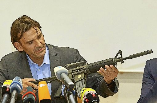 Andreas Stenger vom Landeskriminalamt präsentiert eine Vergleichswaffe. Foto: dpa