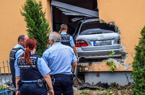 Frau (76) kracht mit Auto in Esszimmer