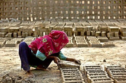 Kinder ohne Kindheit: so wie dieses  Mädchen, arbeiten  unzählige indische Kinder in  Ziegelhütten oder Steinbrüchen. Foto: AP