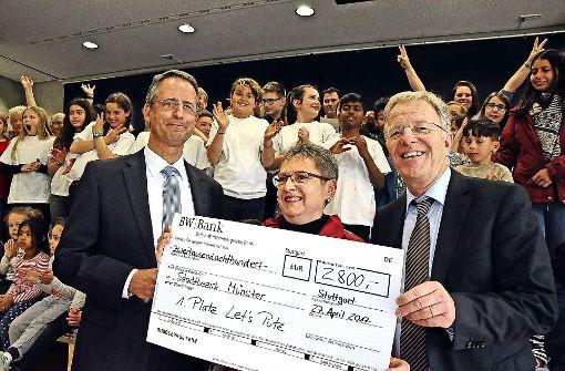 Bürgermeister Martin Schairer (rechts) und Klaus Thomas (Förderverein) überreichen  den Scheck für den Let's Putz-Sieg an Bezirksvorsteherin  Renate Polinski. Foto: Georg Linsenmann