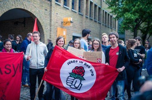 """Elf Demonstranten der Facebook-Gruppe """"Fellbach wehrt sich"""" sahen sich einer Vielzahl von Protestaktivisten gegenüber. Auch die Polizei war vor Ort. Foto: 7aktuell.de/Gerlach"""