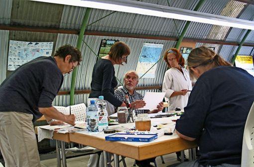 Die Teilnehmer des Kurses tauschen sich in der Ökostation über ihre Werke aus. Foto: Susanne Müller-Baji