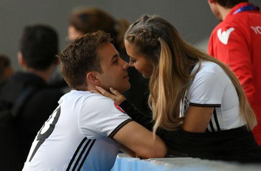 Küsschen für den Kicker: Mario Götze und Ann-Kathrin Brömmel bei der EM 2016 in Frankreich. Foto: dpa
