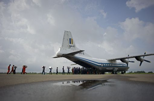 Militärflugzeug mit über 120 Menschen vermisst