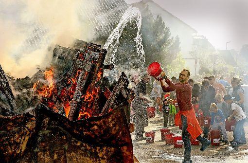 Einsatz gefragt: Bei der Übung der Dagersheimer Feuerwehr konnten die Zuschauer mithelfen. Foto: factum/Bach