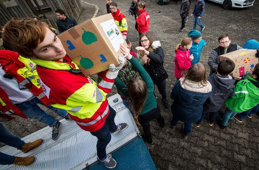 Und alle zusammen: Schüler verladen die Pakete in den Laster Foto: Lichtgut/ Christoph Schmidt