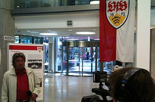 Hier ein paar Eindrücke von den Dreharbeiten zur 28. Folge von a href=https://www.brunosiehtrot.de/ target=_blankstrongBruno sieht rot/strong/a mit dem VfB-Fanbeauftragten Peter Reichert bei der Jubiläumsausstellung Mythos VfB in Stuttgart-Mitte.br Foto: Henrik Lerch