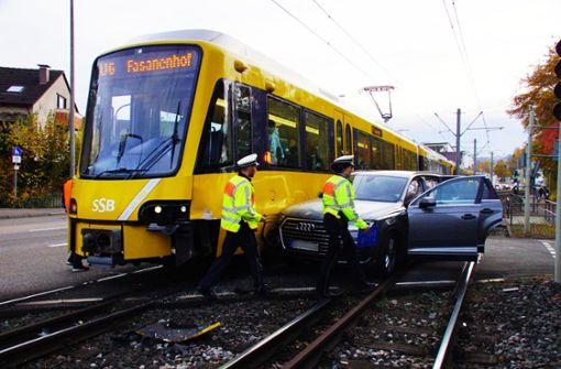 Audi kracht in Stadtbahn – Strecke gesperrt