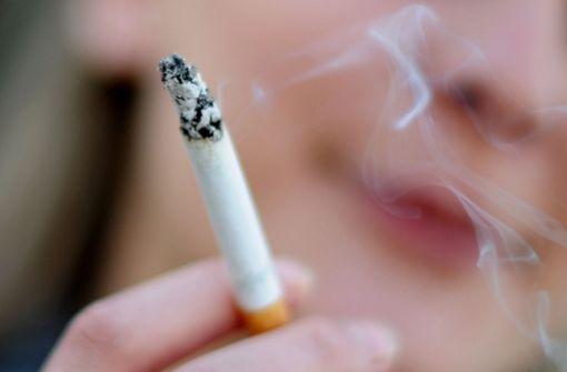 Beim Rauchen aus dem Fenster gelehnt - Frau stürzt schwer