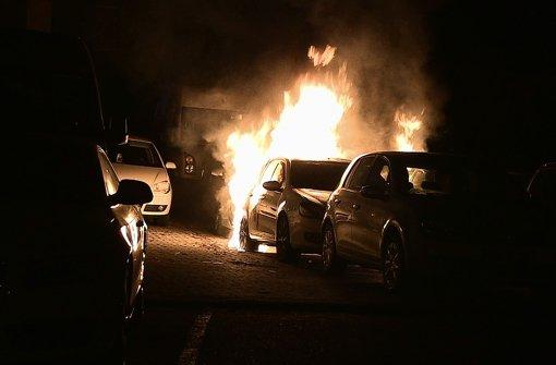 Tatort Friedenstraße in Kornwestheim: Vier Fahrzeuge stehen in Flammen – und vom Täter fehlt wieder einmal jede Spur. Foto: Feuerwehr Kornwestheim