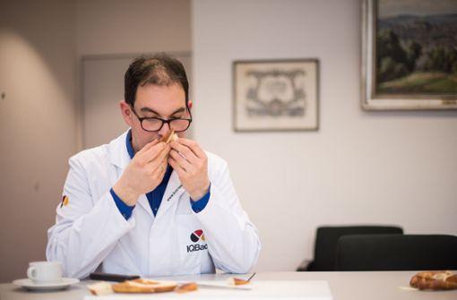 . . . . Brotprüfer Tobias Pfaff riecht an den Produkten . . .  Foto: Lichtgut/Max Kovalenko