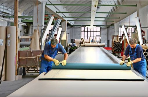 DLW   hat jahrzehntelang Bodenbelege für den Weltmarkt produziert – nun macht das Stammwerk in Bietigheim (Bilder links und unten rechts) endgültig dicht. Im niedersächsischen  Delmenhorst werden weiterhin Linoleum-Böden hergestellt. Foto: DLW (2), factum/Weise