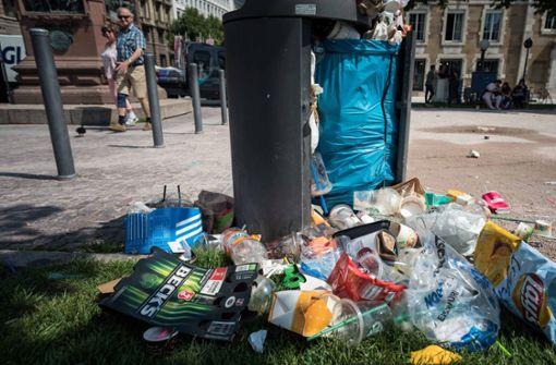Berstende Mülleimer auf  dem Schlossplatz