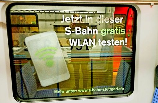 Die Werbung für den Versuch ist nicht zu übersehen – Fenster und Türen der Züge sind beklebt Foto: Niess