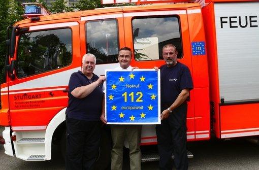 Volker Fernath, Nils Bunjes und Frank Supper (v. li.) präsentieren das 112-Logo. Foto: z