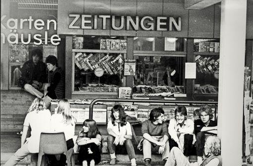 Das Kartenhäusle  des Kleinen Schlossplatzes war über viele  Jahre   ein Treffpunkt junger Menschen (hier ein Foto von Juli 1970). Foto: Uli Kraufmann