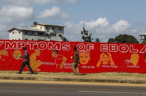 Mit Mit allen Mitteln versuchen die Menschen in Liberia andere über die Symptome eine Ebola-Infektion aufzuklären – hier, in der Hauptstadt Monrovia, mit Hilfe eines Graffiti Foto: dpa