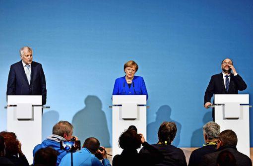 Nach dem Ende einer langen Nacht: Seehofer, Merkel und Schulz Foto: AFP