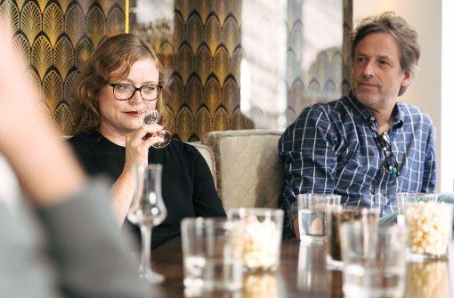 Redakteurin Anja Wasserbäch riecht an einem Gin Foto: Lichtgut/Verena Ecker