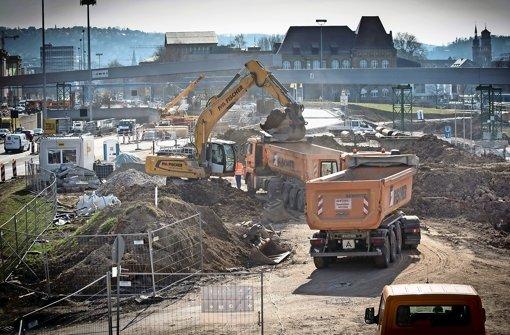 Zwischen Planetarium und B 14 wird bald gegraben. Das Großbohrgerät ist bereits aufgefahren.  Foto: Lichtgut/Achim Zweygarth