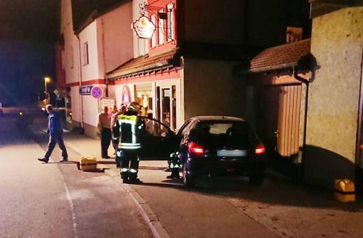 Das Fahrzeug des 30-Jährigen geriet kurz darauf in Brand.  Foto: 7aktuell.de/F. Hessenauer